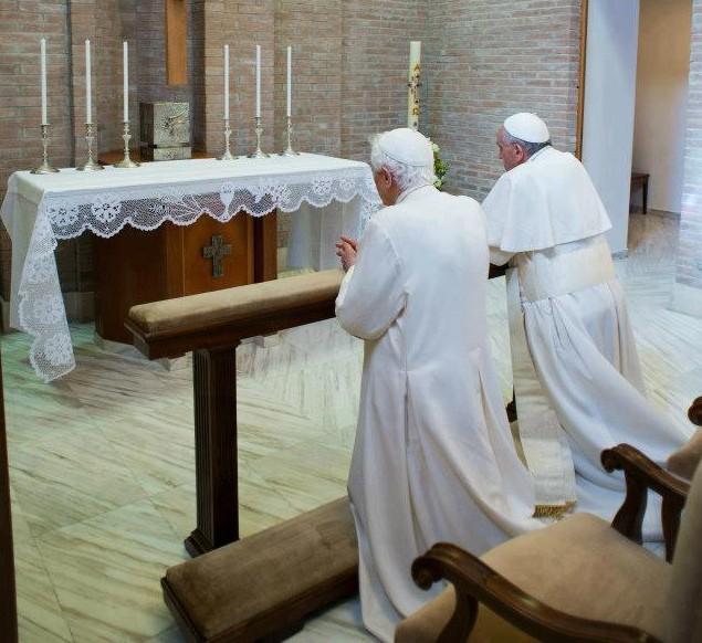 Papa francesco in visita a benedetto xvi con il libretto del viaggio a rio de janeiro - Se monto pneumatici diversi dal libretto ...