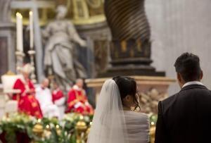 Papa Francesco sposa 20 coppie in San Pietro