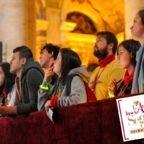 I giovani pregano davanti alla Sindone per il Sinodo