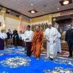 Il Papa in Myanmar incontra cattolici e buddisti
