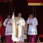 Papa Francesco: la misericordia di Dio entra 'a porte chiuse'