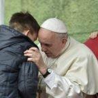 Papa in visita a Corviale: Cristo è risorto