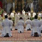 Il papa ai sacerdoti chiede di piacere a Dio