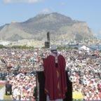 Papa al Foro Italico: 'Uomini d'amore, non uomini d'onore'