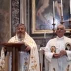 La preghiera del Rosario davanti alla tomba di San Giovanni Paolo II