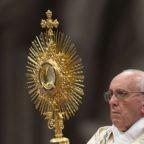 Papa Francesco: l'Eucarestia rinnova il mondo