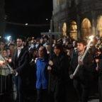 Nella Via Crucis papa Francesco prega per i crocifissi del mondo