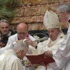 Papa Francesco: un vescovo che non prega è mercenario