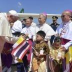 Il papa in Thailandia con un pensiero ai giovani vietnamiti