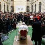 Papa Francesco agli studenti augura buon Natale