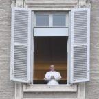 Dall'Angelus il papa lancia monito alla politica: impegno per creare lavoro