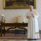 Preghiera del Padre Nostro con il Papa. Monsignore della Segreteria di Stato portato al Gemelli per accertamenti. Principe Carlo positivo