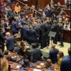 """Numeri ufficiali Covid-19. Molto lenta la discesa. Politici contra movida… ma alla Camera bagarre con """"distanziamento sociale"""" disatteso"""
