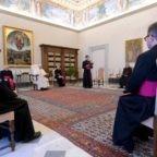Papa Francesco invita ad abbandonarsi a Dio nella preghiera