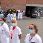 """Il Primo Ministro del Belgio in visita ad un ospedale è stato ricevuto dal personale ospedaliero con una """"guardia di disonore"""""""