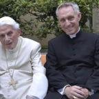 """Monsignor Gänswein: la malattia di Benedetto XVI si sta """"placando"""". Testamento redatto già nel 2006"""