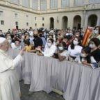Papa Francesco invita a contemplare per prendersi cura