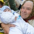 Il Papa distribuisce foto di una nonna romena con il nipote in braccio. Il precedente della foto del bimbo di Nagasaki con il fratellino morto sulle spalle