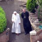 """Dopo le recenti fake news sulla salute del Papa emerito, l'Arcivescovo Gänswein in un'esclusiva a Oggi: """"Benedetto XVI non si è aggravato. Anzi, ha ripreso le sue passeggiate"""""""