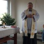 Padre Jarek Cielecki prosegue con la benedizione di case e famiglie