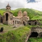 Esercito azero viola le linee del cessato il fuoco in Artsakh. Forze di occupazione azere impediscono l'ingresso di pellegrini armeni a Dadivank. Il parco della vergogna a Baku